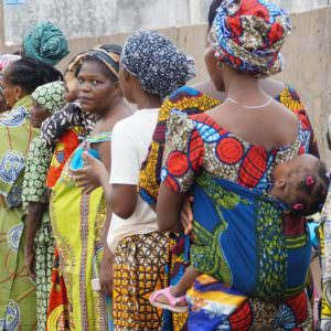 People_lining_up_to_see_a_doctor_in_Benin-900×599