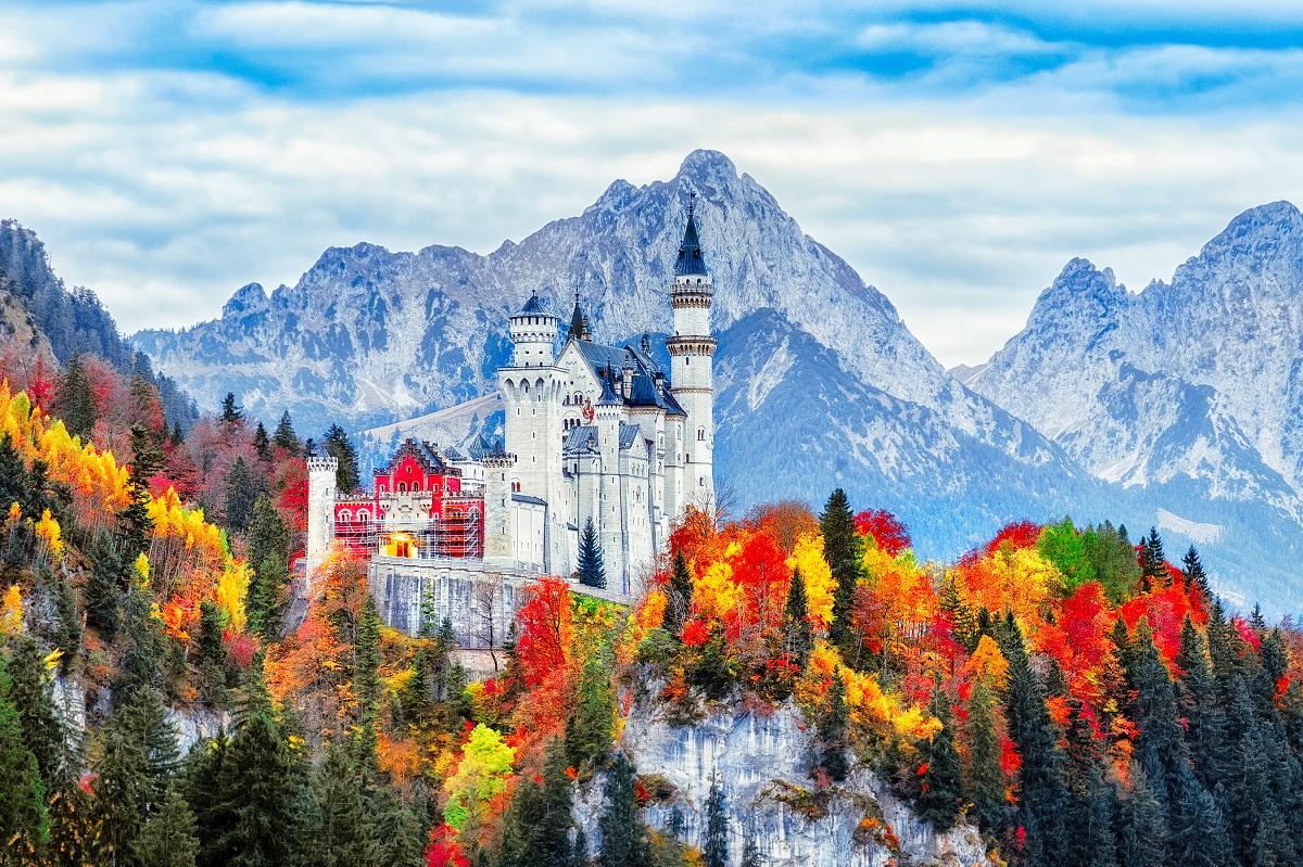 Neuschwanstein pils, Bavārija, Bavārijas Alpi, Vācijas kalni, pils kalnos, pasaulē skaistākā pils, septiņi pasaules brīnumi, baltais gulbis,